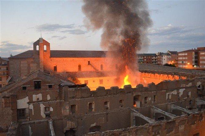 Un fuego quema parte de claustro del Convento de Santa María en Ávila