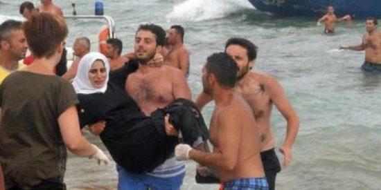 [Vídeo] Los bañistas nadan hasta un barco para salvar ¡164 inmigrantes!