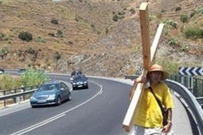 Un vecino de Nerja se carga una cruz a cuestas y se va a Gibraltar a rezar y ayunar