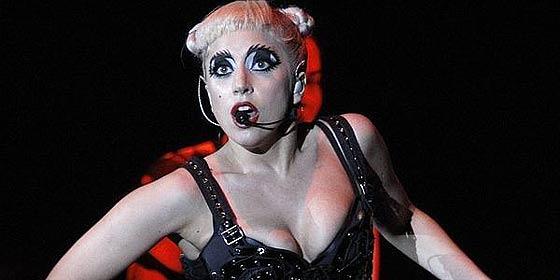 Lady Gaga se desnuda en pleno bosque con fines altruistas y sin tapujos