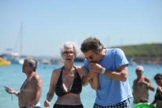 El discreto bikini de la Duquesa de Alba y el 'casto' beso de su marido en la playa de Ibiza