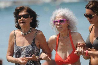 La Duquesa de Alba se zambulle en las aguas de Ibiza sin su marido y en plena forma