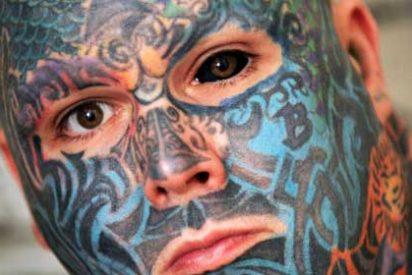 [Vídeo] El hombre se abrasa la cara y la córnea del ojo para ponerse un tatuaje en 3D
