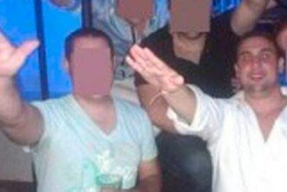 Expedientan a 'cachorros' del PP por exhibirse brazo en alto con banderas racistas