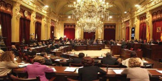 Los políticos se tiran los trastos a la cabeza en el Parlament a costa del incendio