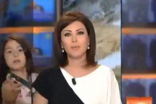 [Vídeo] A la presentadora la interrumpe en directo su hija para darle el móvil