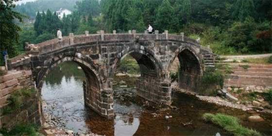 No es broma: roba un puente histórico de 20 metros y lo vende a un picapedrero