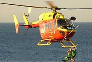 Rescatan a los 12 tripulantes de un pesquero después de que se incendiara cerca de Formentera