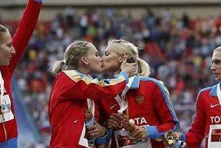 Dos atletas rusas se besan en la boca en el podio en respuesta las críticas de Isinbayeva a los matrimonios homosexuales en Rusia