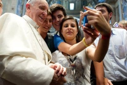 Francisco triunfa en redes sociales con una foto 'selfie' con un grupo de jóvenes