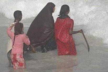 Las somalíes van a la playa con un hacha y un machete para espantar 'moscones'