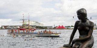 La Sirenita de Copenhague cumple un siglo tras haber sido 'volada' y decapitada