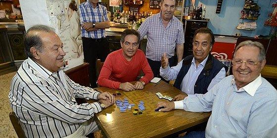 Carlos Slim, el hombre más rico del mundo, juega al dominó en Galicia