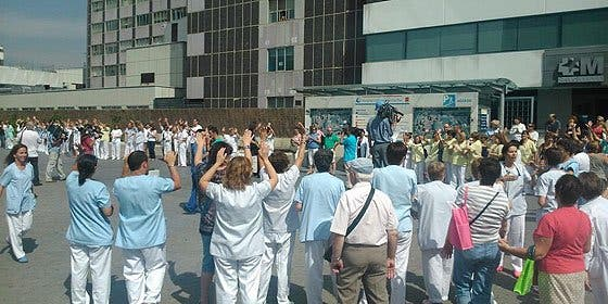 Un grupo de trabajadores de La Paz se manifiesta para que manden a Cifuentes a un hospital privado