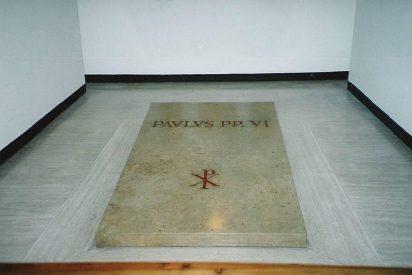 Francisco rezó ante la tumba de Pablo VI