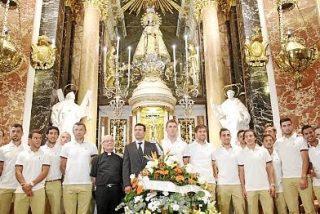 El Valencia realiza su tradicional ofrenda floral a la Virgen