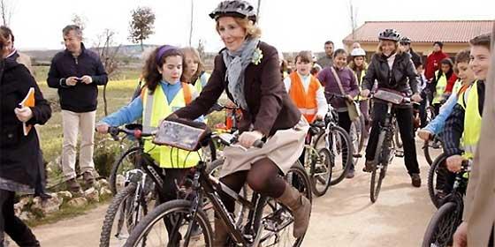"""Esperanza Aguirre sigue sin cortarse un pelo: """"Ojalá los políticos cambiaran el coche oficial por la bicicleta"""""""