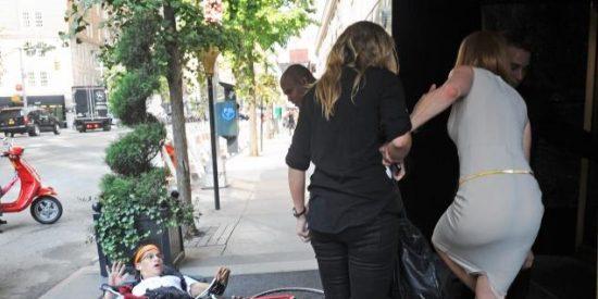 [Vídeo] Un paparazzi en bicicleta arrolla a Nicole Kidman en plena calle y la deja baldada