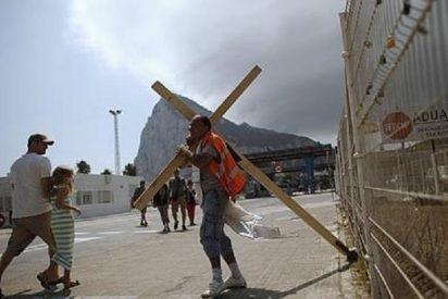 El vecino de Nerja llega con su cruz a cuestas a Gibraltar tras cuatro días de 'calvario'