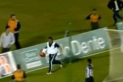 [Vídeo] Para un gol cantado y los hinchas casi lo linchan...¡y es que era el masajista!