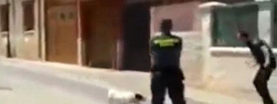 [Vídeo] Un guardia civil mata de un tiro a un pitbull que atacaba a un compañero