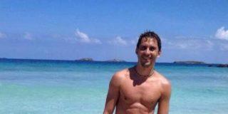 Paco León celebra su millón de seguidores en Twitter...¡subiendo una foto completamente desnudo!