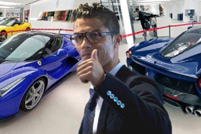 Ronaldo celebra su renovación comprándose un impresionante Ferrari azul por...¡1,3 millones de euros!