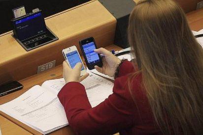 Los sobrecostes por usar el móvil en el extranjero se quedan 'colgados' por una llamada de Bruselas