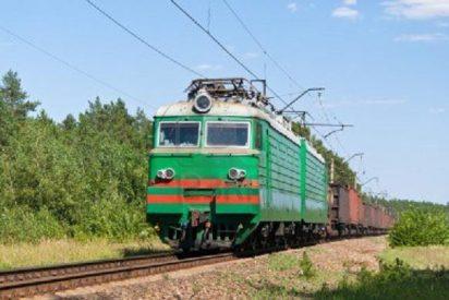 Una locomotora la aplasta y le secciona las piernas a su pareja por 'retozar' en las vías