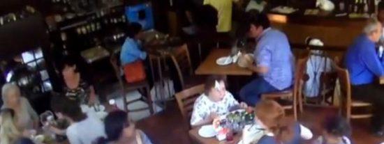 El perturbador vídeo de la niña de 7 años que roba un móvil con el 'aplauso' de su madre