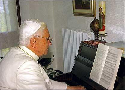 Benedicto XVI toca el piano, lee, estudia y reza