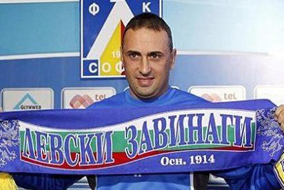 Hinchas enfurecidos 'desnudan' al entrenador del Levski y lo expulsan del club