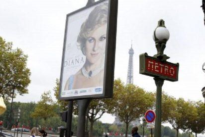 Plantan un anuncio de la película 'Diana' junto al puente de l'Alma y ordenan retirarlo