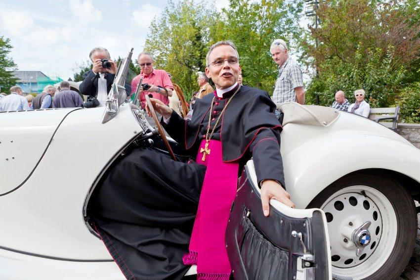 """Piden renuncia del """"obispo del lujo"""""""