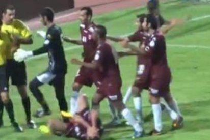 [VÍDEO] Un árbitro se defiende de las protestas de los jugadores repartiendo mandobles a diestro y siniestro