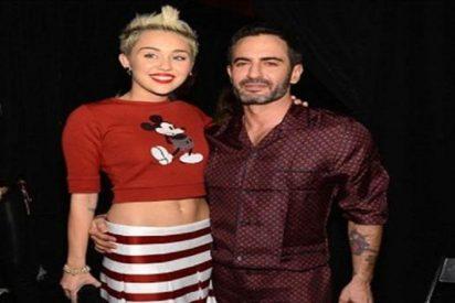 Detrás de la extraña metamorfosis de Miley Cyrus ha estado siempre un diseñador