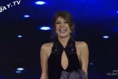 Ponen de patitas en la calle a una presentadora turca por 'culpa' de su escote