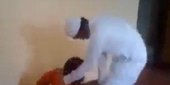 [Vídeo] A latigazo limpio con su empleado doméstico por mirar a una mujer del harén