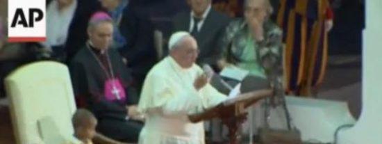 El niño hace suyo el dicho 'quien se fue a Sevilla pierde su silla' y se la birla al Papa