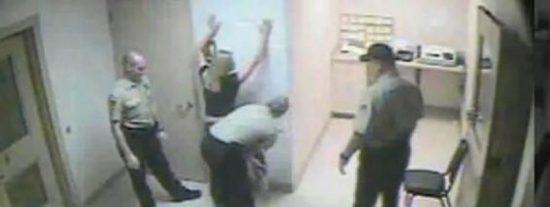 [Vídeo] Detenida por conducir borracha y desnudada a la fuerza en una celda