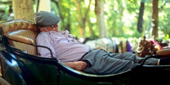 'The Telegraph' nos cambia la foto del gordo haciendo la siesta por un señor a la bartola en coche de caballos