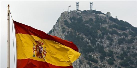 Bruselas nos echa un cable y pide a Londres que se 'moje' contra el contrabando en Gibraltar