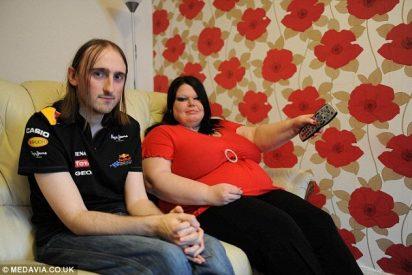 Una celosa pasa a su novio por un detector de mentiras cada vez que sale de casa