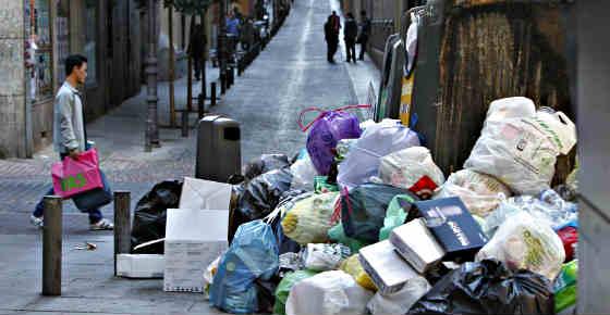 """Vea a la Policía Municipal 'ayudando' a los piquetes de los basureros: """"No nos vamos a chivar"""""""