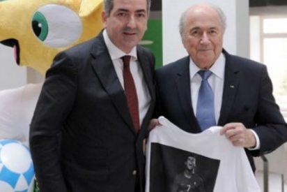 Blatter posa con una camiseta de Ronaldo