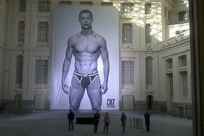 Cristiano Ronaldo se presenta en calzoncillos en el Ayuntamiento de Madrid