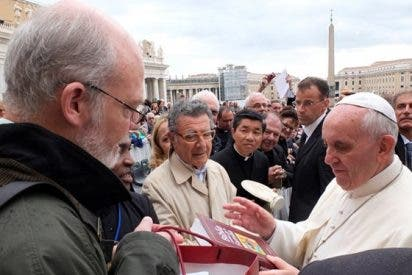 """Verbo Divino entrega al Papa su """"Biblia Católica de la Familia"""""""