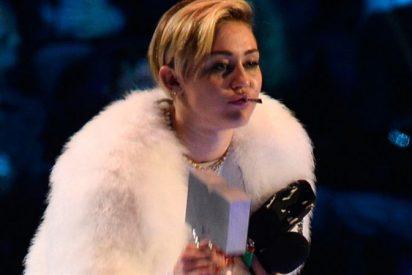 Miley Cyrus se fuma un porro en directo acompañada de una enana en los MTV europeos