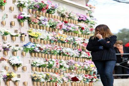 Mar Flores se derrumba rezando a lágrima viva ante la tumba de sus añorados padres