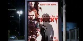 [Vídeo] Chucky, el muñeco diabólico, siembra el pánico en las calles cuchillo en ristre hecho una fiera